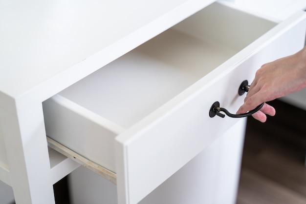 Hand pull open drawer biały drewniany