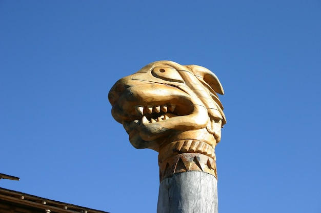 Handcut z drewnianej głowy totemu mitycznego smoka wikingów skandynawski drakkar