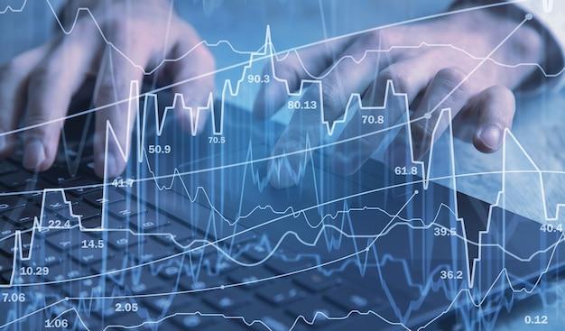 Handel akcjami. ludzkie ręce, wpisując na klawiaturze komputera. giełda finansowa