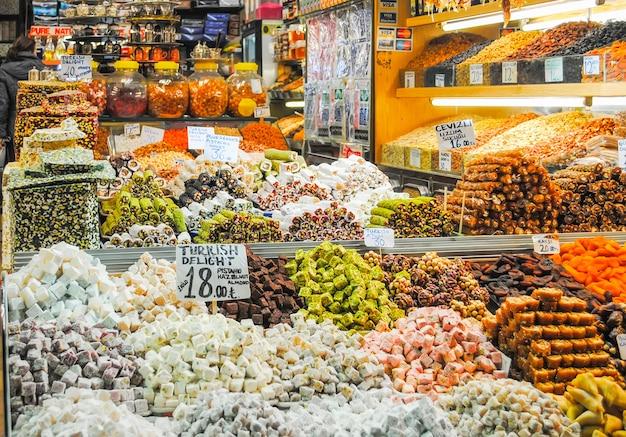 Handlowcy na rynku w stambule sprzedają różnorodne towary.