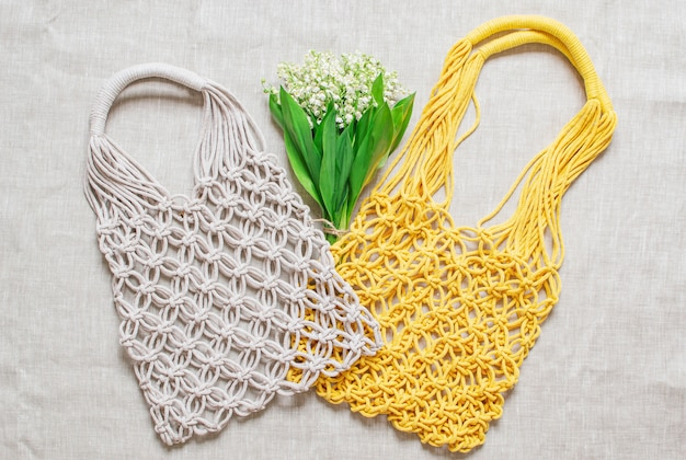 Handmade makrama torba na bieliźnianym tle