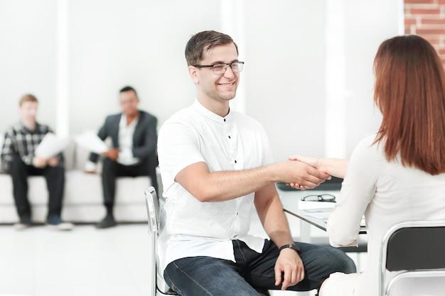 Handshake manager i klient w biurze banku