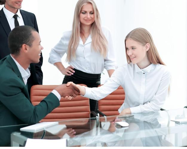 Handshake manager i klient w biurze.zdjęcie z kopią miejsca