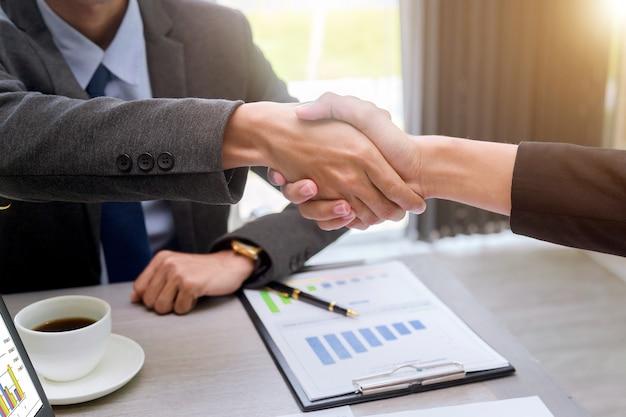 Handshake partnerzy biznesowi sukces lidera zespołu przedsiębiorczości.