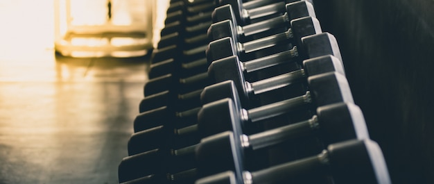 Hantle w wielu rozmiarach, ciężarkach zestaw do ćwiczeń w centrum fitness, ćwiczeń, zdrowia, zbliżeń.