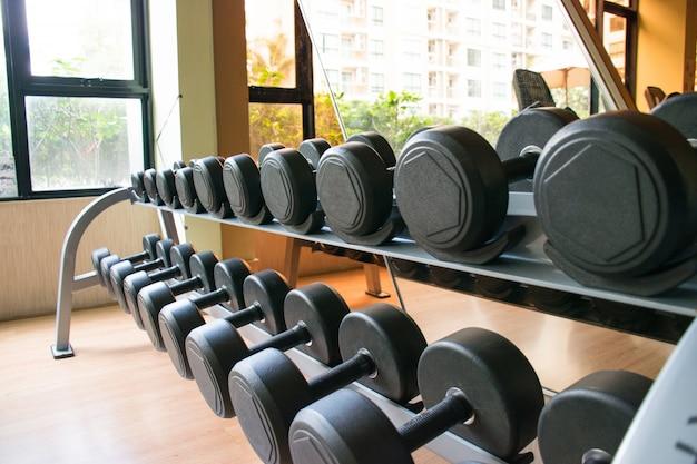 Hantle zbliżenie na siłowni mogą budować siłę mięśni i dobre zdrowie