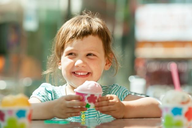 Happy 3 lata dziewczyna jedzenie lodów