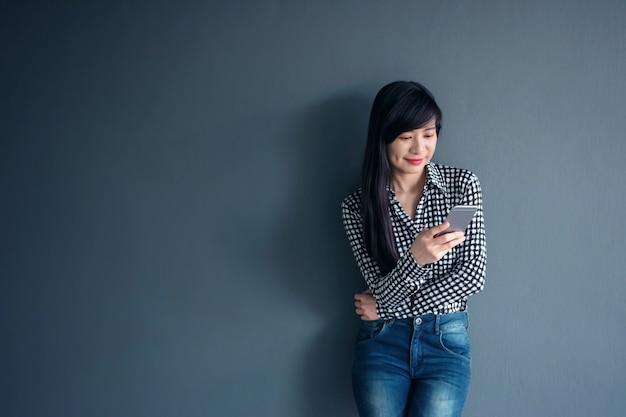 Happy asian woman smile i za pomocą inteligentnego telefonu komórkowego