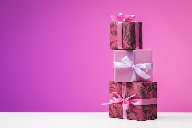 Happy birthday zestaw ułożonych pionowo wielokolorowych pudełek z prezentami