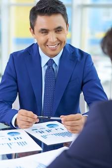 Happy biznesmen z diagramów