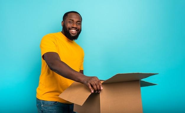 Happy boy otrzymuje paczkę z zamówienia w sklepie internetowym