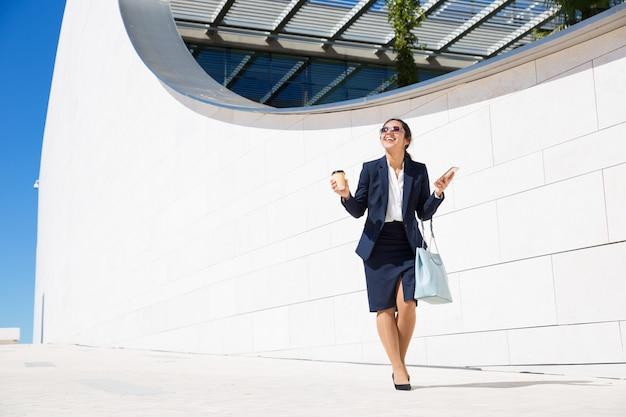 Happy businesswoman podekscytowany dobrą nowiną