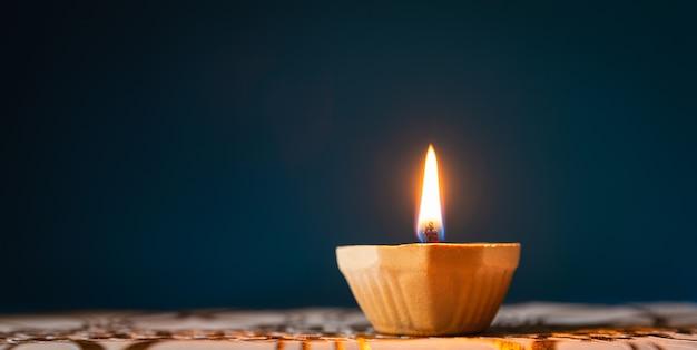 Happy diwali - lampki clay diya zapalone podczas dipavali, hinduskiego święta świateł