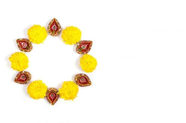Happy diwali - lampy clay diya zapalone podczas dipavali, hinduskiego święta świateł obchodów