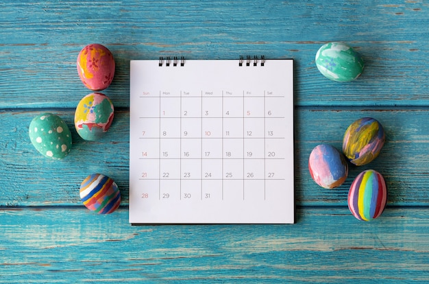 Happy easter calendar z easter egg. koncepcja świątecznych świąt wielkanocnych.