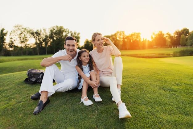 Happy family leisure ludzie bawią się na świeżym powietrzu.
