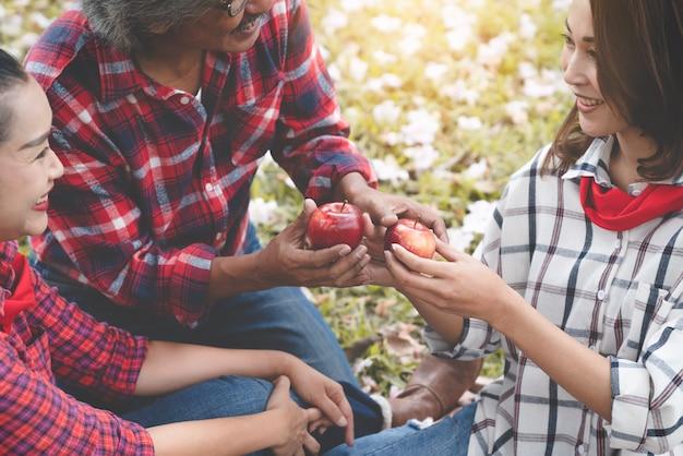 Happy family piknik w parku
