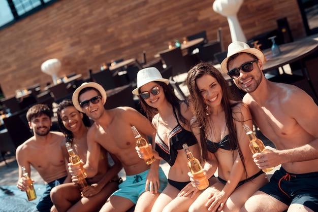 Happy friends enoying pool party. koncepcja wakacji letnich