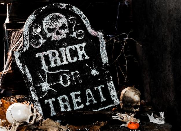 Happy halloween koncepcja. cukierek albo psikus w sezonie jesiennym. straszny i boo symbol w nocy.