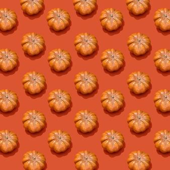 Happy halloween koncepcja. zdjęcie pomarańczowej dyni z wzorem cienia na ciemnopomarańczowym tle