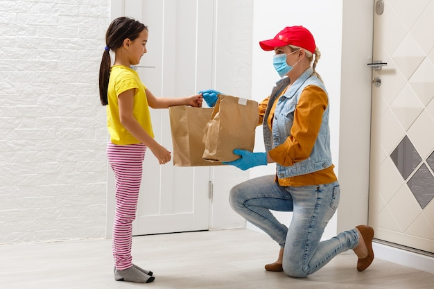 Happy little girl odbierająca w dostarczone pacakge, dostawa dla dzieci