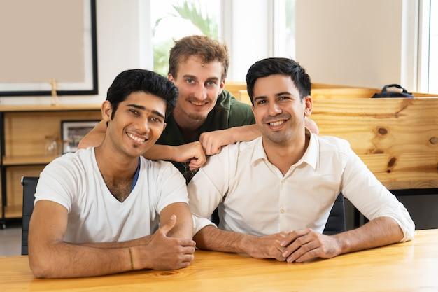 Happy młodych profesjonalistów z powodzeniem rozpoczynających swoją karierę