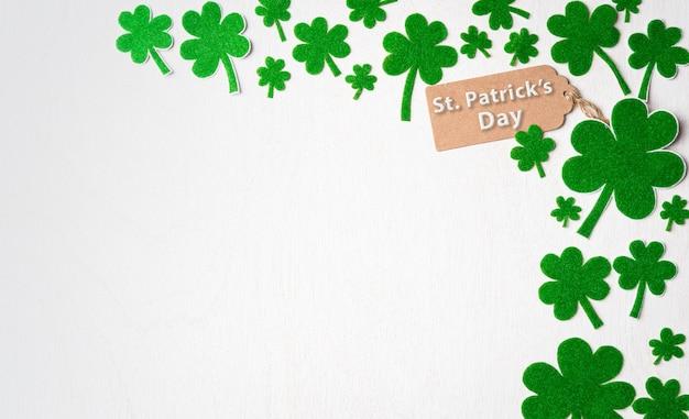 Happy st patrick's day koncepcja, kartka z pozdrowieniami świętego patryka z liściem koniczyny zielonej księgi