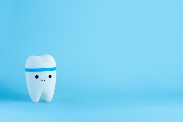 Happy uśmiechnięta zabawka ząb z miejsca na kopię
