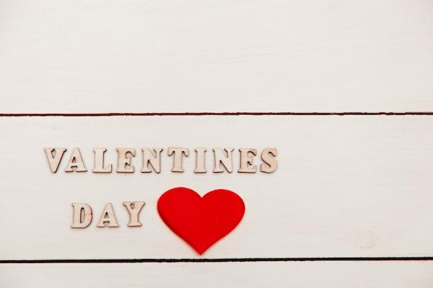 Happy valentin's day lightbox wiadomość z białymi sercami na różowym tle.
