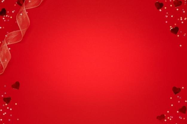 Happy valentine, flat lay, wiele brokatowych serc z konfetti na czerwono