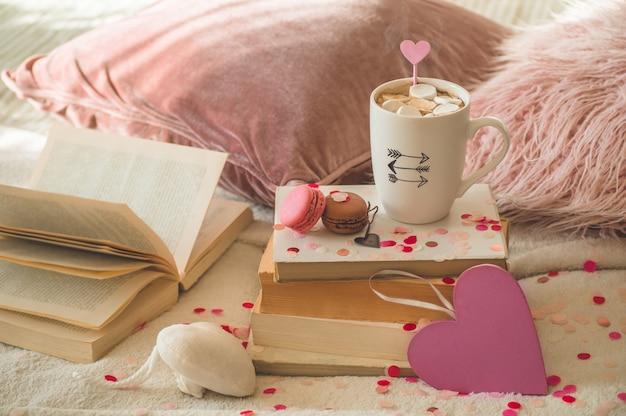 Happy valentines day pocztówka. koncepcja miłości na dzień matki i walentynki. serca i książki z filiżanką kawy. valentine karty z miejscem na tekst