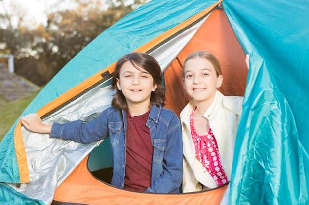Happy znajomych dniu spędzonym razem w namiocie