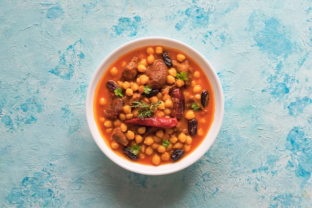 Harissa lamb z ciecierzycy i moreli. marokańskie jedzenie.