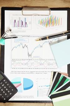 Harmonogram finansowy i karty rabatowe w miejscu pracy biznesmena
