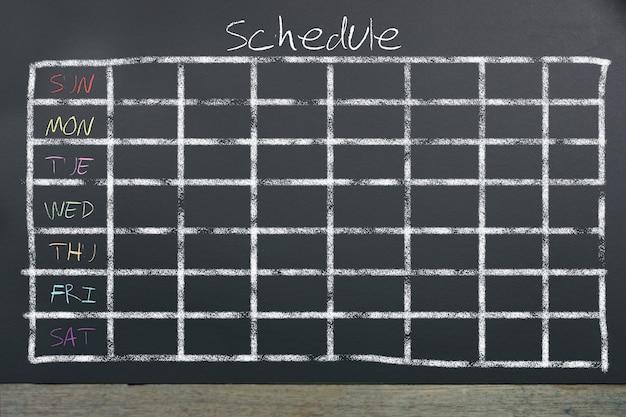 Harmonogram z tabelą czasu siatki na czarnej tablicy