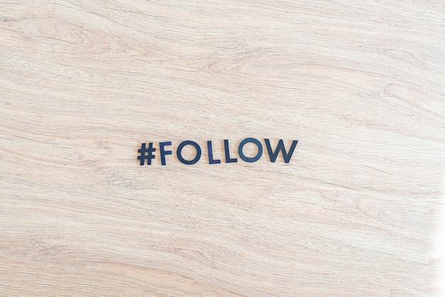 Hashtag śledź internet jak i udostępniaj przyciski wycinane litery słowo flat lay
