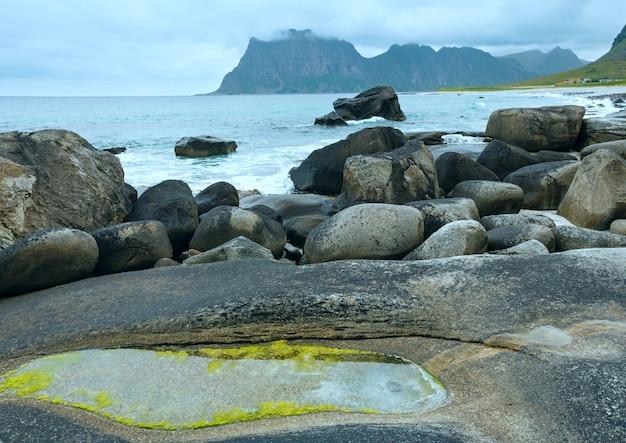 Haukland kamienista plaża lato widok