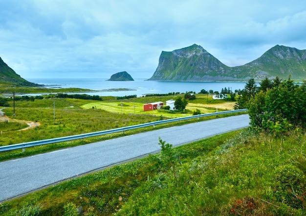 Haukland wybrzeża latem zachmurzony widok (norwegia, lofoty).