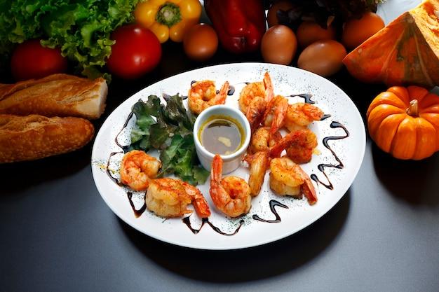Haute cuisine, duże krewetki z sosem