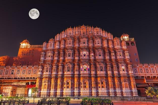 Hawa mahal lub pałac wiatrów, widok fasady nocnej, jaipur, indie.