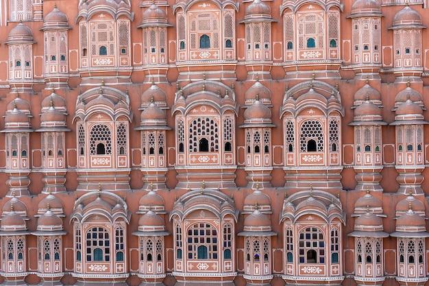 Hawa mahal, różowy pałac wiatrów w starym mieście jaipur, radżastan, indie. architektura tła