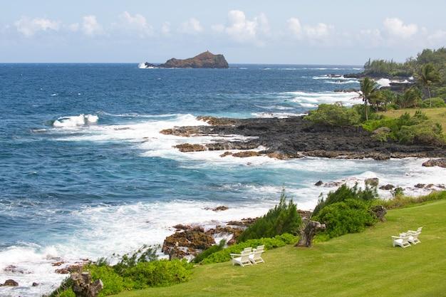 Hawaje plaża widok na morze z tropikalnej plaży ze słonecznym niebem letnia rajska plaża hawajów wyspa tro...