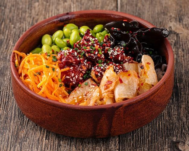 Hawajska miska z kurczakiem na ostro i kimchi