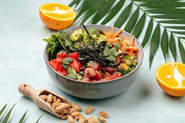 Hawajska miska z tuńczykiem poke z ryżem i warzywami