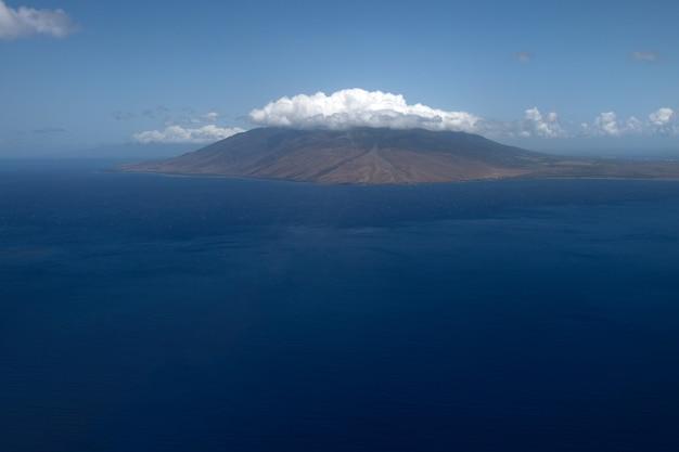 Hawajska plaża tło. ciesz się rajem na hawajach. panorama tropikalny krajobraz letniej scenerii z palmami. luksusowe wakacje w podróży. egzotyczny krajobraz plaży. niesamowita przyroda, relaks na łonie natury.