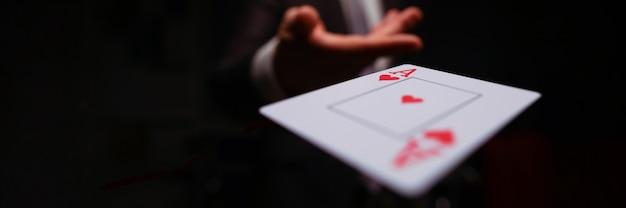 Hazard mężczyzna wygrał grę