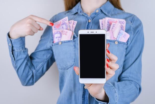 Hazard ruch internetowy zapłacić zwycięzca transakcji dostawca sklep klienta wygraj użytkownika praca praca kup rachunek media ludzie osoba koncepcja. przycięte zdjęcie z bliska kobiecej ręki z telefonem na białym tle
