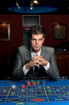 Hazardzista przy stolikach w kasynie