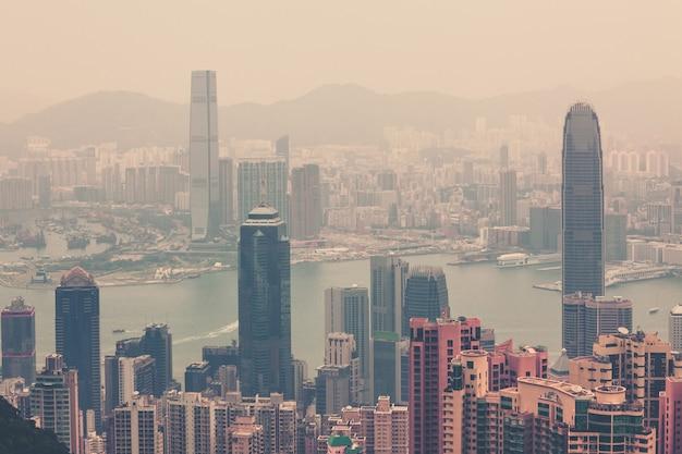Haze hongkong centrum widok od szczytu victoria. ujęcie filtrowane