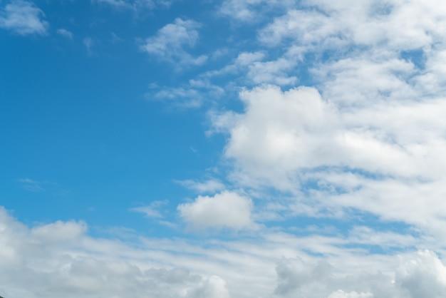 Hd błękitne niebo i białe chmury w tle